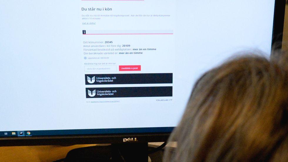 Platserna till årets högskoleprov är färre än vanligt och de som önskar skriva provet får sätta sig i ett digitalt väntrum med en förhoppning om en plats till det eftertraktade provet.
