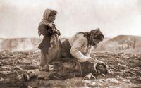 En armenisk kvinna böjer sig ned vid sitt döda barn. Bild från det armeniska folkmordet 1915.