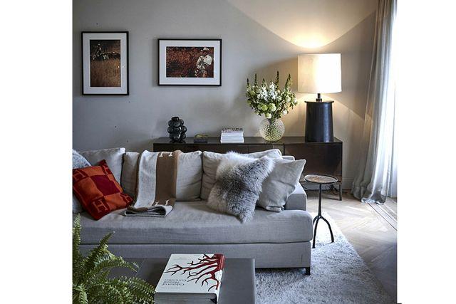 Soffa av Christian Liaigre, pläd från Hermès och kudde från Nathalies butik.