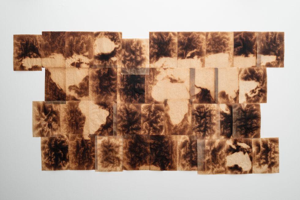 Runo Lagomarsino, Mapa Mundi, 2021. 37 brända bakplåtspapper.