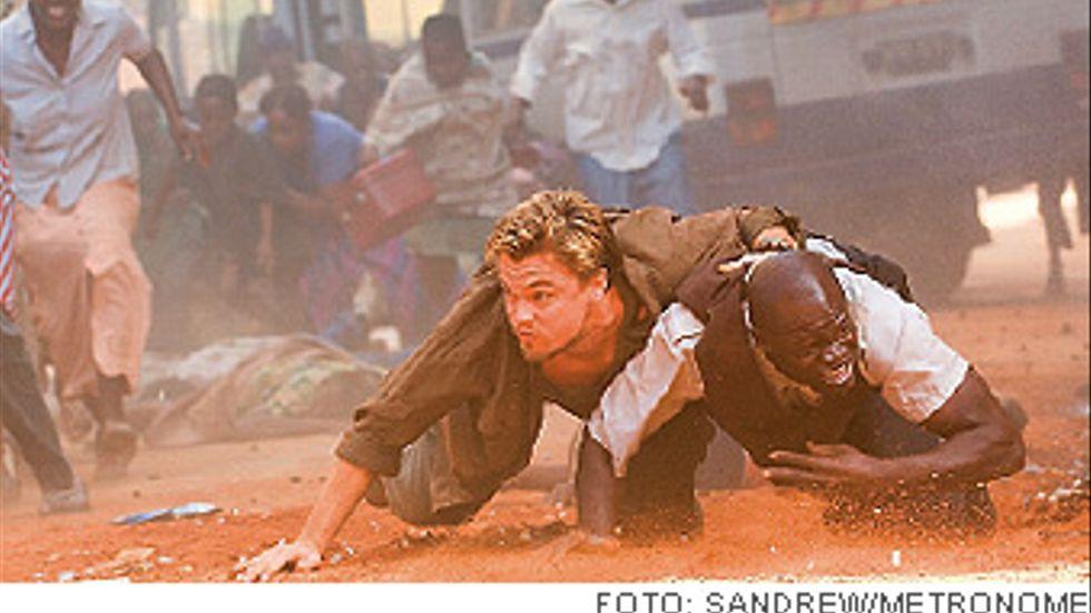 Danny Archer (Leonardo DiCaprio) och Solomon Vandy (Djimon Hounsou) jagar en diamant.