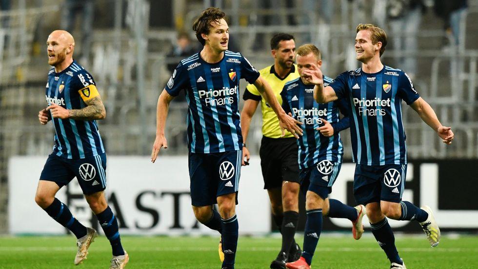 Hjalmar Ekdal (mitten) jublar 1–0 mot Degerfors. Nu har mittbacken gjort mål i tre allsvenska matcher i rad.