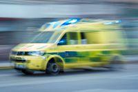 Mannen fördes med ambulans till sjukhus. Arkivbild.
