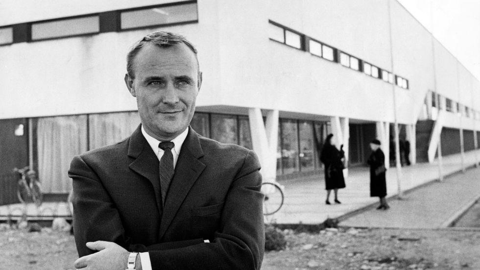 Ingvar Kamprad utanför varuhuset i Älmhult 1963.