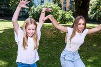 Elvaåriga Mathilda (till vänster) gör huvudrollen som Nelly Rapp. Lily, 14 år, spelar frankensteinaren Roberta.