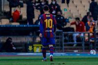 Lionel Messi går av planen efter det röda kortet.