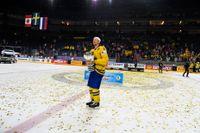 Anton Strålman med segerbucklan efter finalen i ishockey-VM mellan Kanada och Sverige i Lanxess Arena.