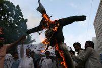 Protester i Pakistan 2007, människor bränner en docka föreställande dåvarande statsminister Fredrik Reinfeldt. Arkivbild.