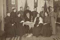 Josefina firar här sin 80-årsdag med tio av döttrarna år 1908. Elisabeth Heijkorn, som är i fokus i artikeln, är tvåa från vänster på nedre raden.