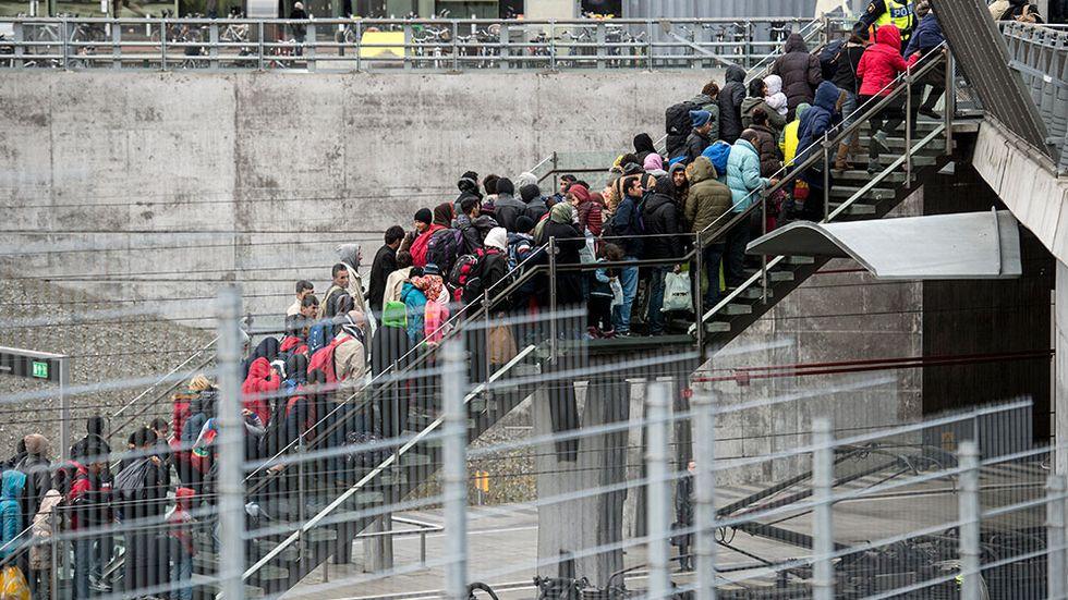 Polis övervakar kön av ankommande flyktingar vid Hyllie station utanför Malmö den 19 november i år.