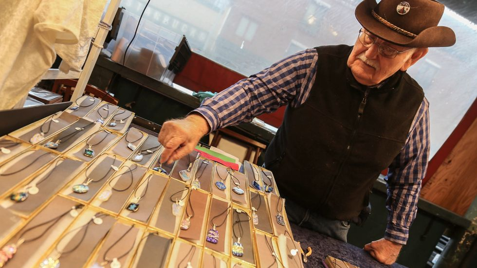 Brad Zempel, 85, påverkas inte av lönehöjningen, men tror att företag i Seattle riskerar gå omkull.