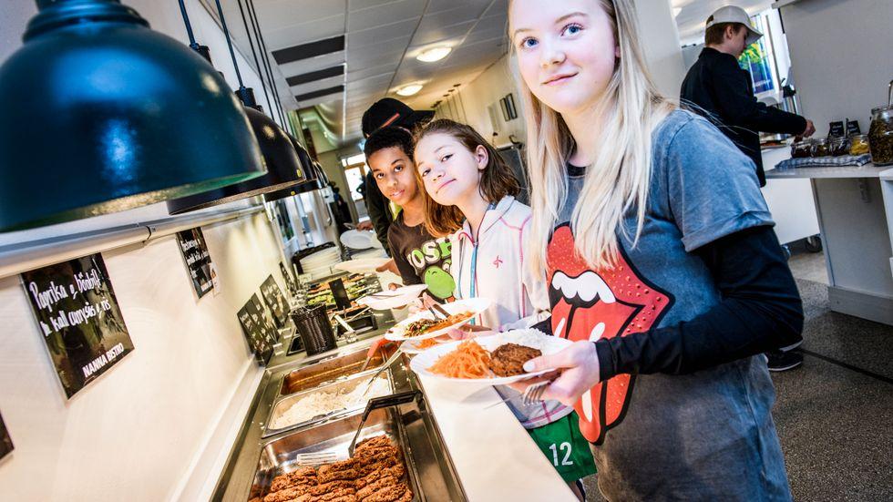 """Melba, Selma och Kaleb och de andra eleverna kan alltid välja mellan tre olika rätter """"Dagens gröna"""", """"Dagens rätt"""" och """"Dagens extra""""."""