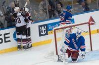 New York Rangers Henrik Lundqvist, i målet, och Arizonas Oliver Ekman-Larsson, nummer 23, kan prisas för sitt ledarskap. Arkivbild.