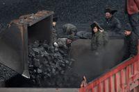 Kol lastas på en lastbil i Dadong i Kina.