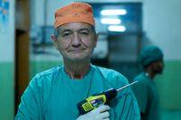 """Den svenske kirurgen som arbetar på sjukhus i Etiopien i dokumentärfilmen """"The Swedish Theory of Love"""" använder en billig borr när han opererar. """"Clas Ohlson!"""" utropar han."""
