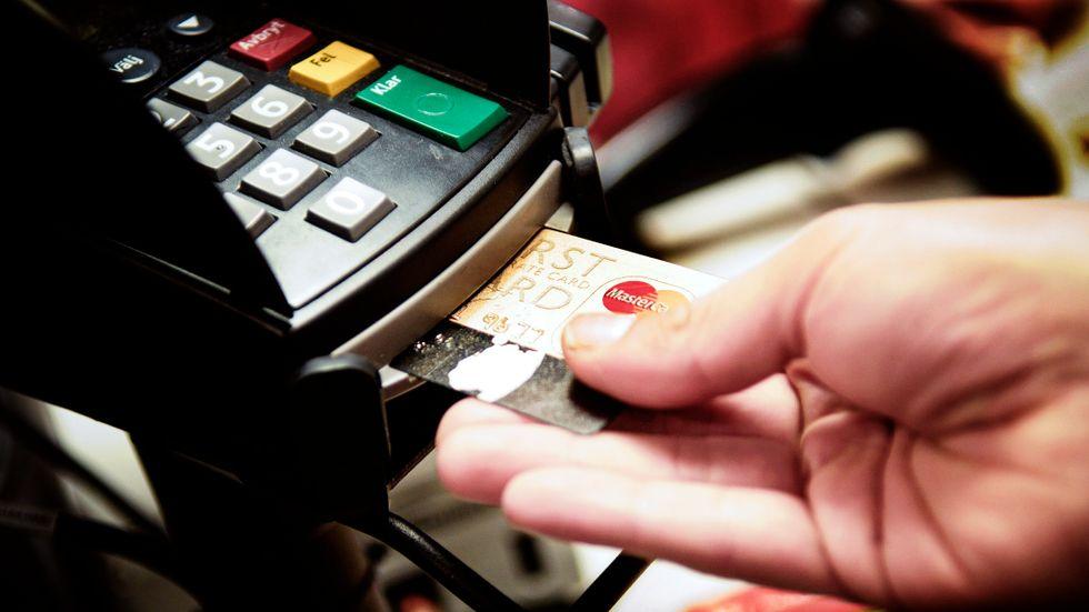 Betalning med kontokort.