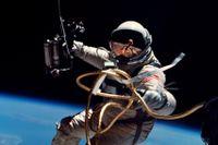 Edward White på världens första rymdpromenad den 3 juni 1965, fotograferad med en Hasseblad-kamera.