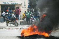 Demonstranter har tänt på däck i Port-au-Prince i Haiti. Bild från måndagen.