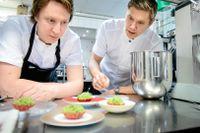 Viktor Westerlind och Tommy Myllymäki testar rätter till nya lyxkrogen Aira.