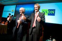 Vattenfalls dåvarande vd Lars G Josefsson, vänster, och Nuons dito Øystein Løseth gratulerar sig till affären 2009.