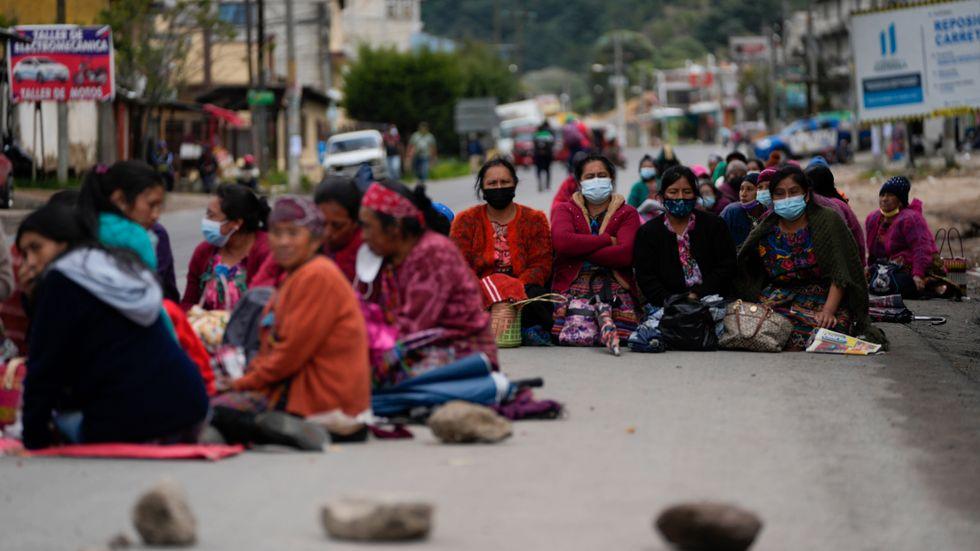 En grupp kvinnor blockerar en väg i Totonicapan, Guatemala, som en del i torsdagens protester mot presidenten.