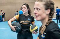 Stina Jönsson, tränare i triatletklubben Race and Shine, med en av sina adepter, Theresia Viska, under ett styrke- och löppass på Bosön.