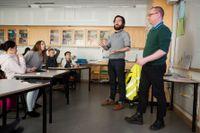 Calle Ranmo och Peter Johansson övar på källkritik tillsammans med eleverna.