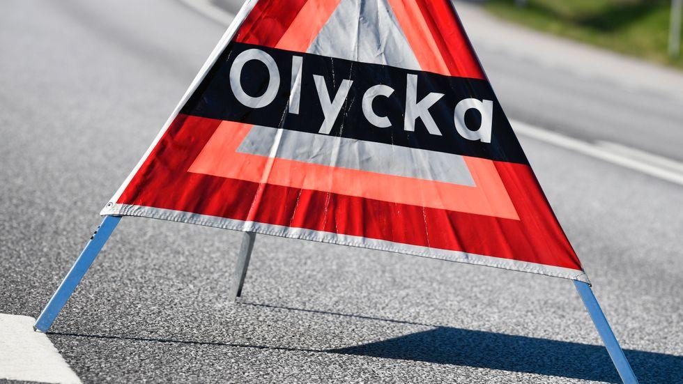 En kvinna i 20-årsåldern skadades allvarligt när en postbil och en lastbil kolliderade på riksväg 30 norr om Lammhult. Arkivbild.