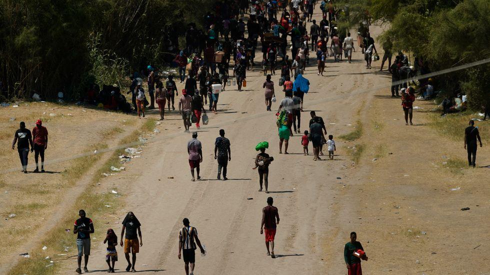 Migranter på den amerikanska sidan gränsen, i Del Rio, Texas, i fredags.