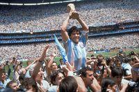 Diego Maradona i samband med VM-finalen 1986 när han ledde sitt Argentina till seger mot dåvarande Västtyskland. Arkivbild.