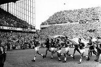 Det brasilianska laget springer ärevarv med den svenska flaggan efter finalsegern mot Sverige i fotbolls-VM 1958. 51 000 åskådare på Råsunda såg Brasilien vinna med 5-2.