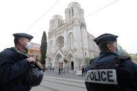 Poliser patrullerar Notre Dame-kyrkan i sydfranska Nice i oktober i fjol. Kyrkan på bilden har inget med den misstänkt planerade attacken att göra.