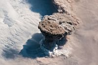 Den 22 juni fick vulkanen Raikoke på den ryska ögruppen Kurilerna ett utbrott. Resultatet blev en rökplym som sträckte sig 17 kilometer upp i stratosfären – och lila solnedgångar.