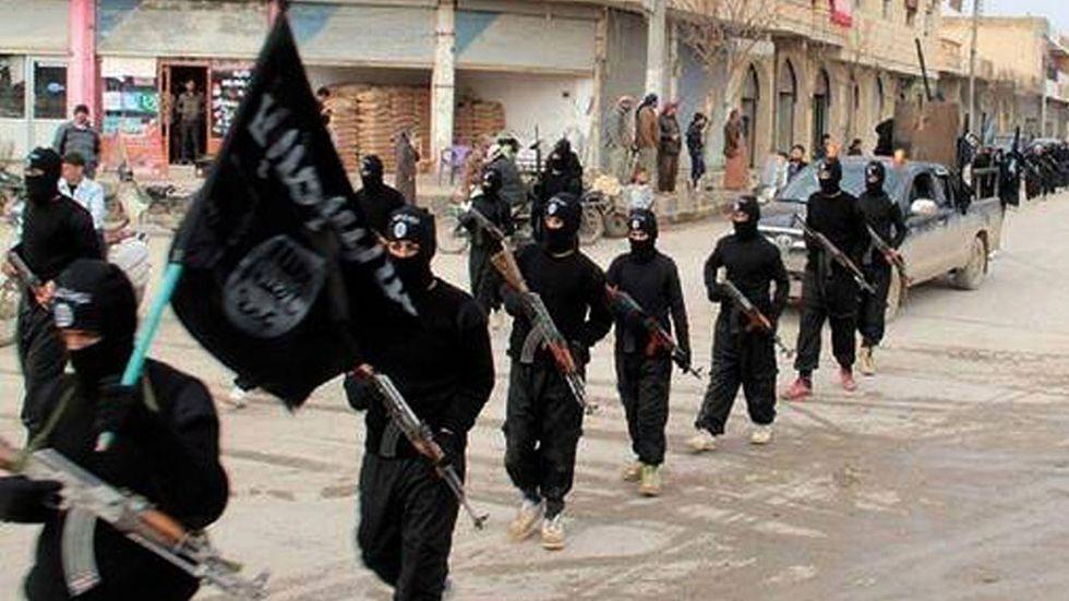 Bilden lades upp på en webbsida tillhörande militanta islamister i januari 2014, och uppges föreställa krigare från ett islamistiskt nätverk och bilden uppges vara tagen i Raqqa, Syrien.