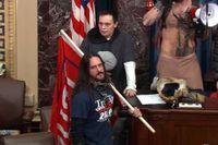 Paul Hodgkins, med en flagga över axeln, har dömts till fängelse efter stormningen av Kapitolium. Arkivbild.