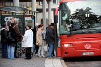 Besparingar som berör 133 busslinjer ska täppa igen budgethålet i landstingsbudgeten.