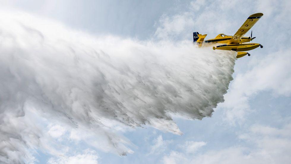 Fyra vattenbombande flygplan är beredda om en skogsbrand uppstår. Arkivbild.