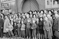 Hörnet Fleminggatan–Arbetargatan 1950. En folksamling beskådar en eldsvåda i en vindslägenhet.