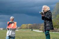 Grethe Rottböll läser en dikt av Gui Minhai vid en manifestation utanför Kinas ambassad i Stockholm.
