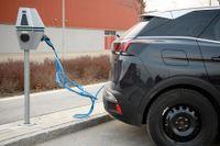 För få laddstolpar skrämmer en del elbilsköpare. Arkivbild.