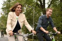 Miljöpartiets språkrör Isabella Lövin och Gustav Fridolin cyklar till samlingen för Peoples Climate March i Rålambshovsparken i Stockholm.