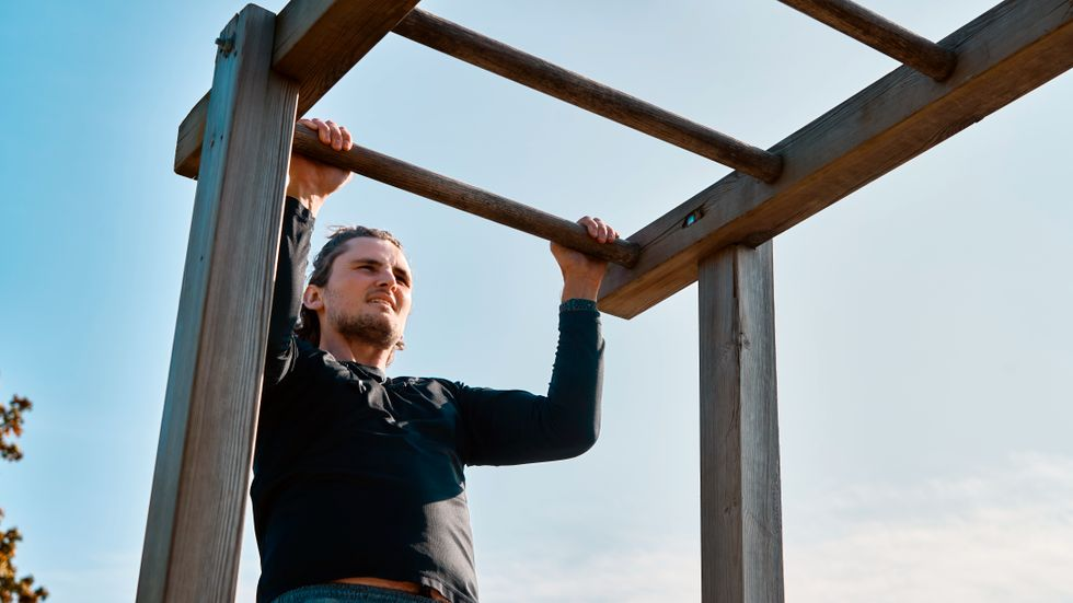 Mathew Hearle tränar på Gärdets utegym för att komplettera sin konditionsträning.