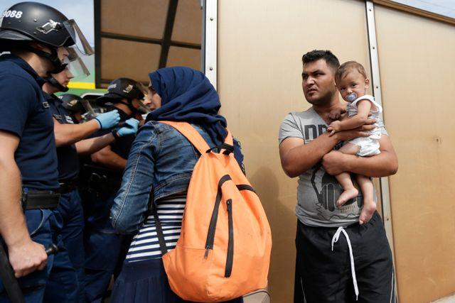 De bilder vi nu ser av människor på flykt genom Europa associationer till situationen efter de båda världskrigen med miljontals som vandrade på vägarna.