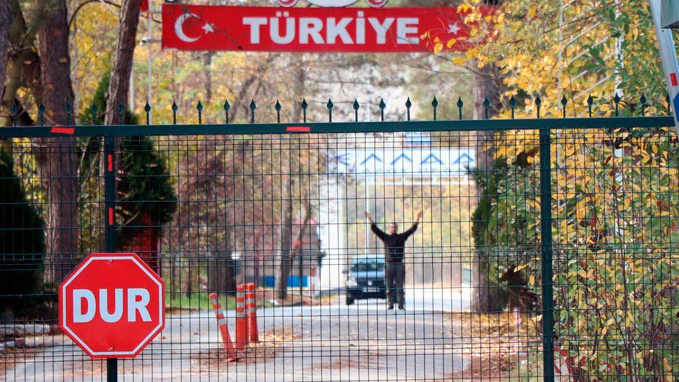 Turkiet har deporterat en misstänkt IS-terrorist med amerikanskt och jordanskt medborgarskap till gränsen mot Grekland. Där befinner han sig nu i ingenmansland.