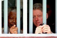 Mars 1998: USA:s dåvarande president Bill Clinton besöker fängelset på Robben Island tillsammans med Nelson Mandela.