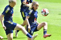 KALMAR 20210613 Stina Blackstenius och Kosovare Asllani under söndagens träning på Guldfågel Arena i Kalmar. Foto: Jonas Ekströmer / TT / kod 10030