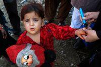 Ett barn får en tuschmärkning sedan det vaccinerats i Lahores slum i Pakistan. Landet är ett av få där polio fortfarande förekommer.