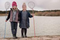 """""""Vi har insett att vi, om vi bara når barnen, också når deras föräldrar och alla andra vuxna på ön"""", säger Region Gotlands VA-chef Susanne Pettersson. Därför informerar man också i skolorna om vattenbristen. Elsa och Lisa Pettersson är redo att prova fiskelyckan i föräldrarnas damm i Stånga."""