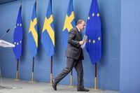 Stefan Löfven lämnar pressträffen i Rosenbad efter att ha förlorat misstroendeomröstningen i riksdagen.