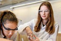 Alicia Årman, till vänster, och Victoria Rackow blandar okända pulver och vätskor för att kunna dokumentera reaktionerna. Laborationen är en av många på sommarforskarskolan.